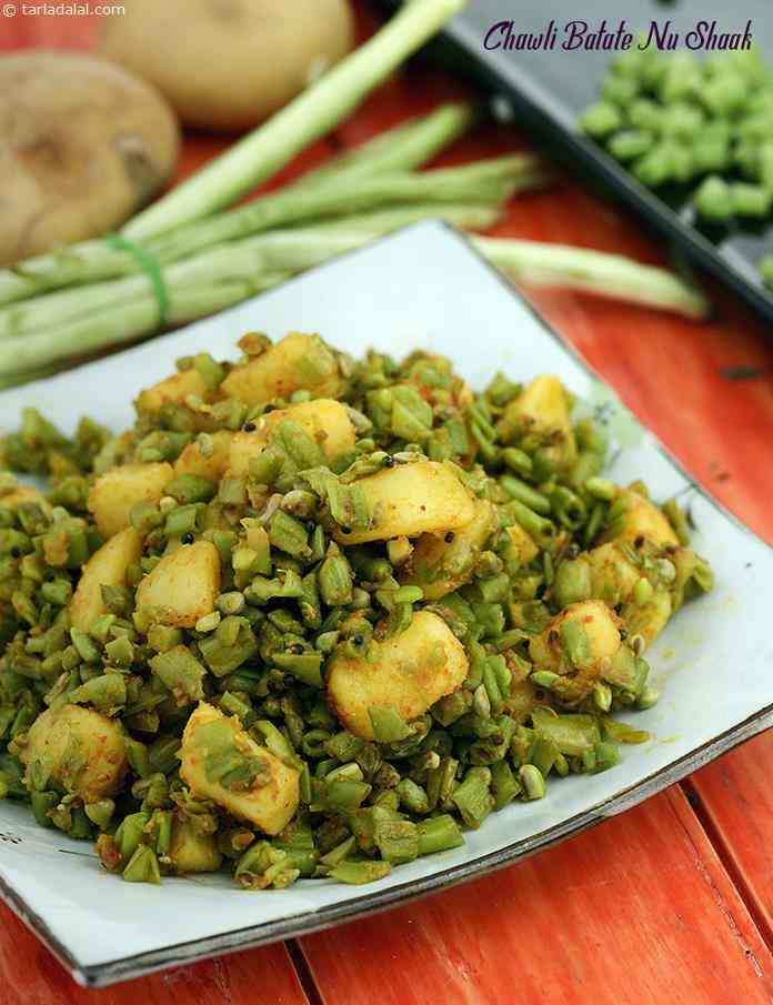 Chawli batate nu shaak is a little spicy vegetable recipe made of fresh chawli beans and potato cooked in spices. This shaak has strong flavour of coriander seeds powder.
