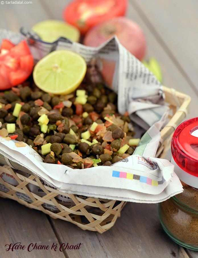 Hare Chane ki Chaat, tingle the taste bud like none other with this striking combination of green gram and veggies!