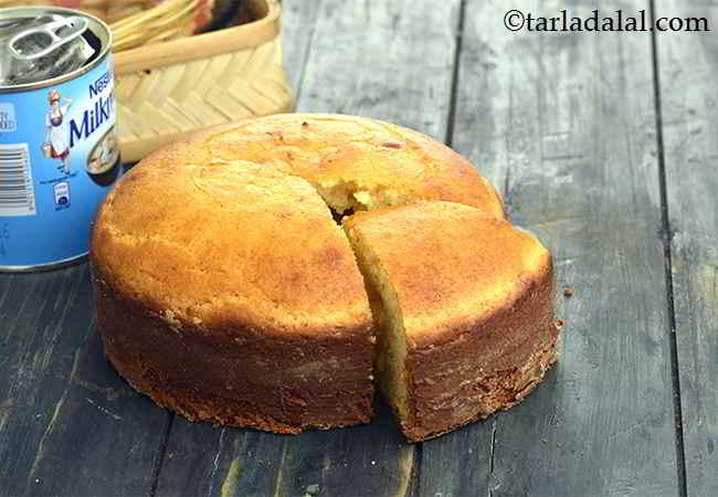 एगलेस वनीला स्पंज केक रेसिपी | एगलेस वनीला स्पंज केक | प्रेशर कुकर में एगलेस वेनीला स्पंज केक - Eggless Vanilla Sponge Cake ( Pressure Cooker)