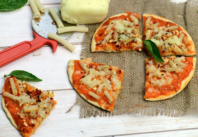 गार्लिक एंड मैक्रोनी पिज़्ज़ा | गार्लिक एण्ड मॅकारोनी पिज़्जा | - Garlic and Macaroni Pizza
