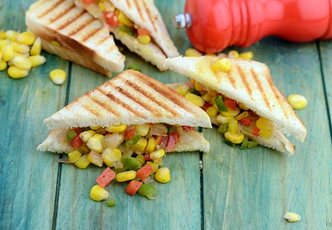 ग्रिल्ड कॉर्न कैप्सिकम सैंडविच रेसिपी | कॉर्न सैंडविच | स्ट्रीट स्टाइल कॉर्न सैंडविच | भारतीय स्टाइल - Grilled Corn and Capsicum Sandwich